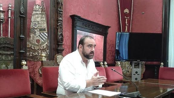 Francisco Puentedura concejal IU en rueda de prensa.