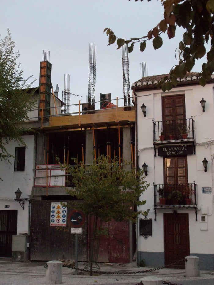 Edificio de la plaza de San Miguel Bajo en obras subiendo la altura del edificio original. 2011