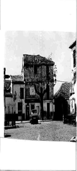 Edificio de la plaza de San Miguel Bajo antes de ser derribado.