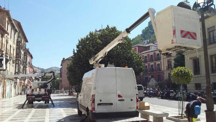 Vehículos utilizados para desmontar las farolas de Plaza Nueva. 2014