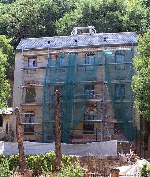 El hotel Reúma, con los andamios recientemente instalados. / ANTONIO L. JUÁREZ
