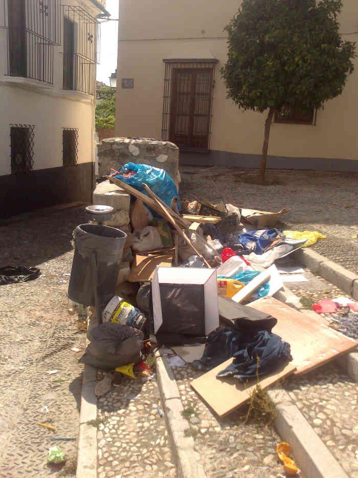Basura junto al contenedor de la Placeta Aljibe de Trillo  20140929