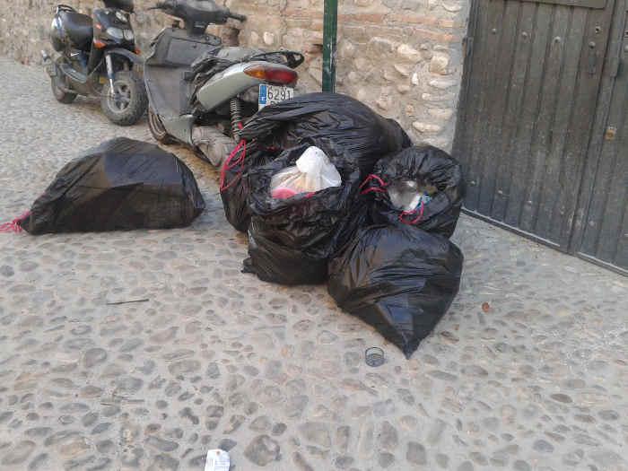 Basura junto al contenedor de la calle Zente 20140914