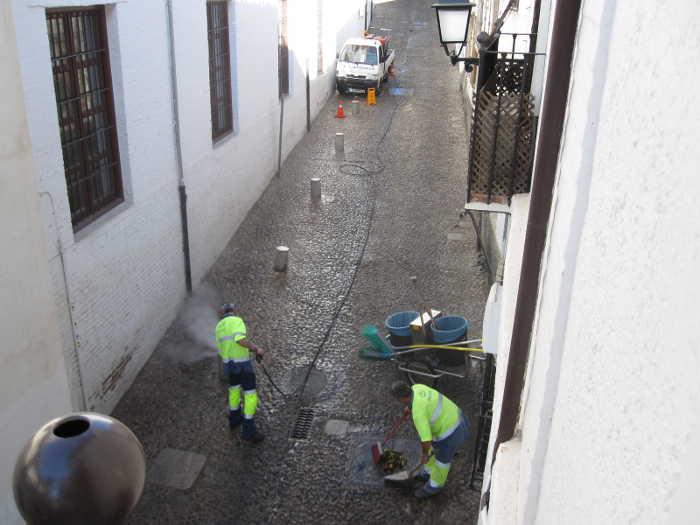 Brigada de operarios de Inagra limpiando meadas  de perros en la zona de San José 20140912