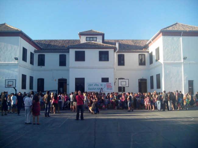 Los alumnos del Gómez Moreno esperan en el patio el momento de entrar e iniciar un nuevo curso. GiM 2014