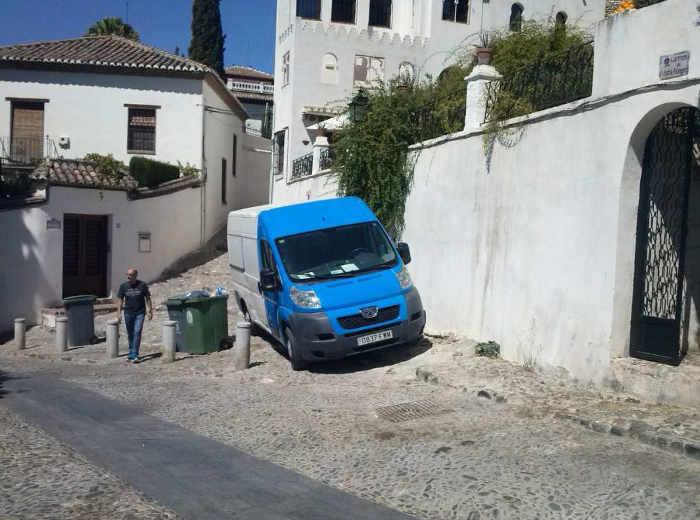 Vehículo aparcado en la Cuesta de San Agustín acceso a Carril de San Agustín.