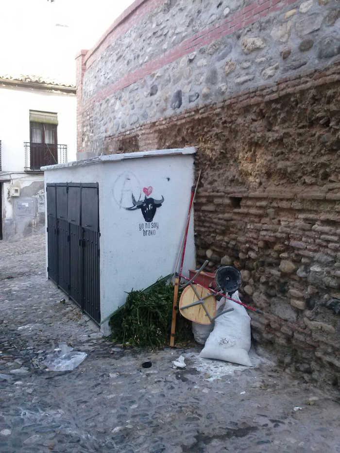 Contenedores cerca de la Placeta Carvajales el miércoles. 0140920