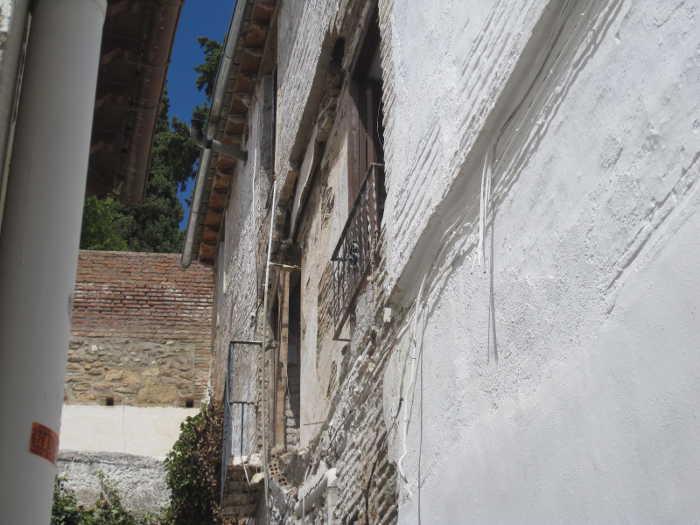 Hueco dejado tras la limpieza de los bomberos cuando la farola se desprende de la fachada en este callejoncito de Aljibe Trillo 2014