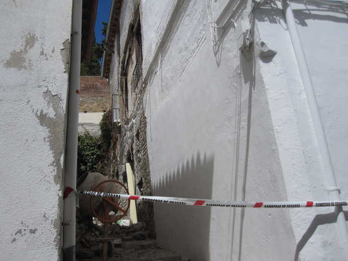 Una farola se desprende de la fachada en este callejoncito de Aljibe Trillo 2014