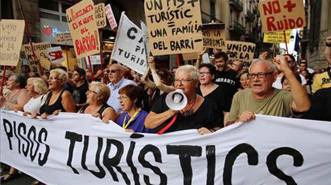 Manifestación en Barcelona contra los efectos del turismo descontrolado que ha invadido el barrio de La Barceloneta.