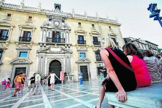 Plaza Nueva albergó ayer una exhibición de flamenco al que se sumaron muchos viandantes a las puertas de la Chanchillería. GH2014