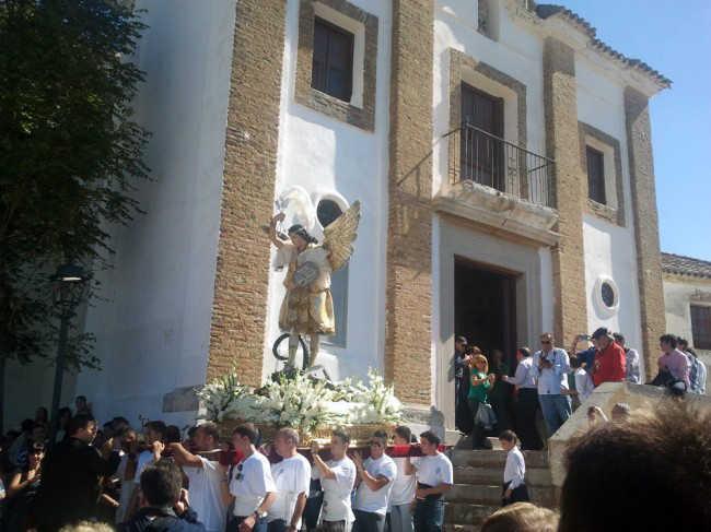 Costaleros se disponen a subir de espaldas el santo a la ermita de San Miguel. Archivo