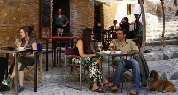 Un grupo de jóvenes en el restaurante Paprika de Granada. / María de la Cruz
