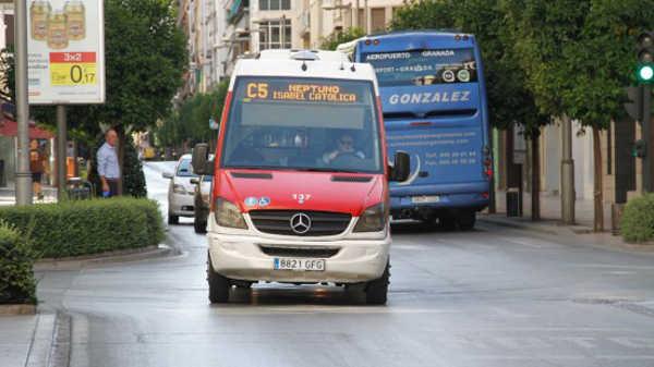 Los microbuses, objeto de críticas por parte de IU. Foto: Álex Cámara