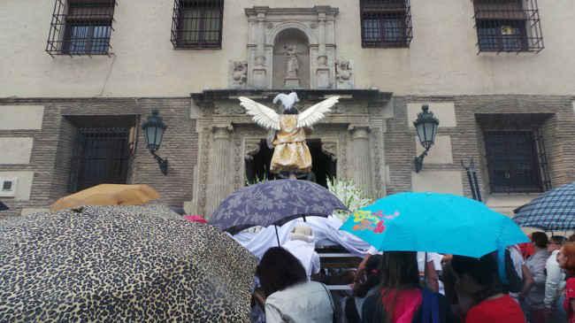 San Miguel Árcangel regresa a la Iglesia del Salvador a causa de la lluvia. GiM