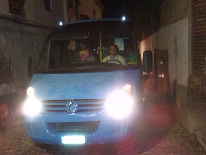 Cruz de Arqueros bloqueada por los microbuses turísticos.