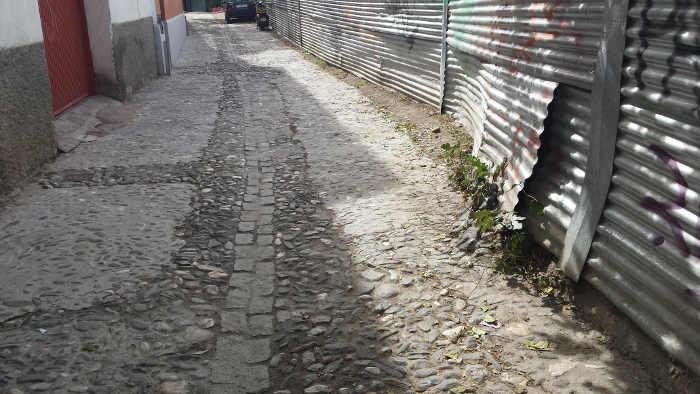 Calle y chapas aparcamiento Zenete 20141011