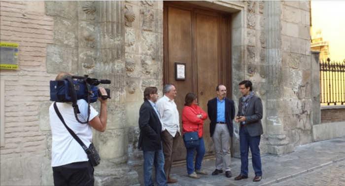Dirigentes del PSOE local ante las puertas del cerrado Museo Arqueológico. GD 2014
