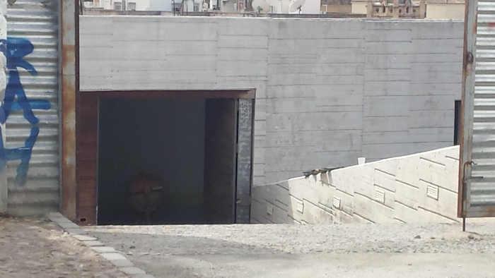 Puerta abierta en el aparcamiento del Zenete 20141011