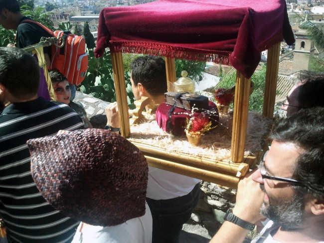 Los costaleros de la Hermandad del Santo Meñique llevan el paso por el Carril de la Lona. GiM 2014