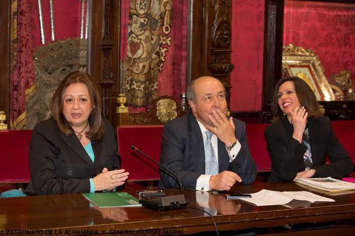 Alcalde de Granada, Torres Hurtado y Directora del Patronato de la Alhambra, Mar Villafranca. (Foto del Patronato de la Alhambra)