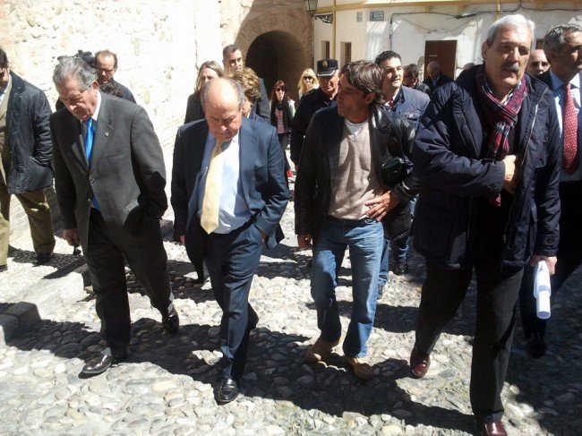 El alcalde de Granada, en el Arco de las Pesas, en una visita al barrio del Albaicín. GiM