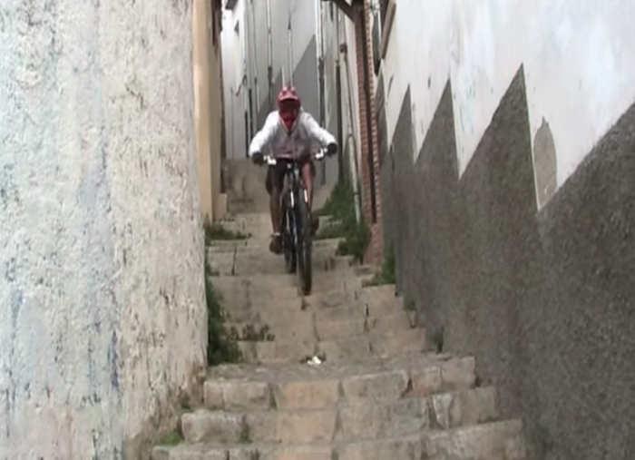 Ciclista en descenso por  la estrecha Cuesta del Granado.