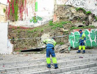 En el Albaicín los operarios municipales arreglan la zona tras la caída de un muro. GH