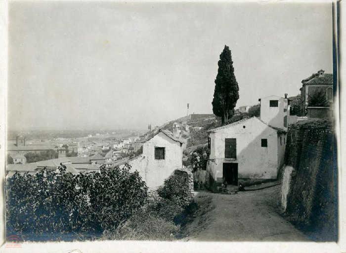 Un rincón del Albayzín.  Vista del Carril de la Lona, al fondo a la izquierda el Hospital Real. Sin fecha.