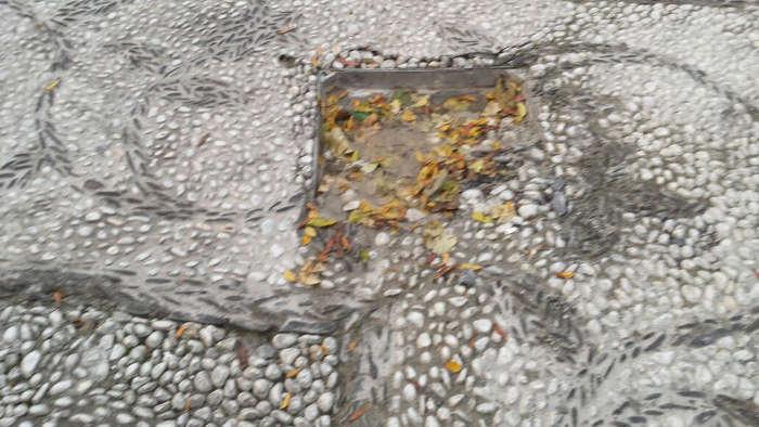 Empedrado destrozado en la peatonal Placeta San José  20141219