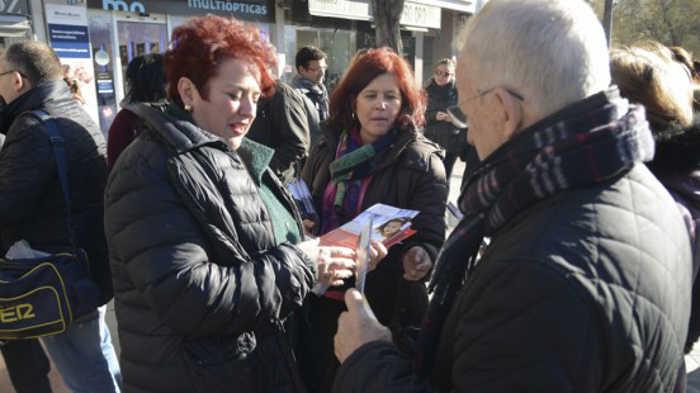 La secretaria general del PSOE de Granada, Teresa Jiménez, reparte folletos de su campaña en Puerta Real. Foto: Alberto Franco