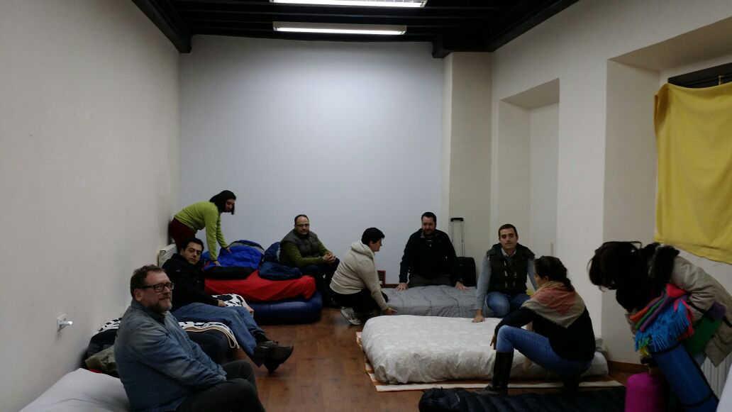 Trabajadores se han llevado colchones y sacos de dormir para pasar la noche. GiM 2014