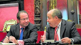 El concejal de Economía (izqda.) junto al alcalde en la presentación. GH