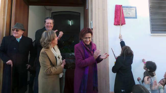 Una niña descubre la placa en presencia de Ana Gámez, Isabel López, Mayor Zaragoza y Miguel Carrascosa.