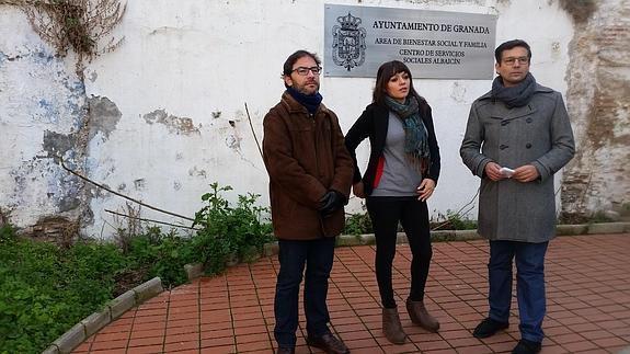 Concejales del PSOE en la puerta del Centro de Servicios Sociales del Albayzín.