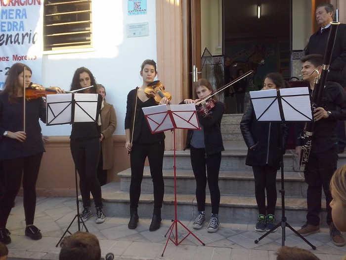 Intervención musical de un grupo de antiguos alumnos del colegio  (Foto de Margarita Marín)