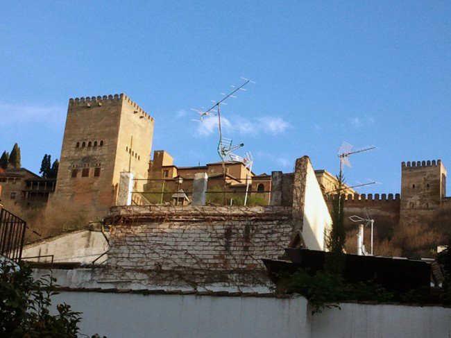 Las antenas de varias viviendas del Albaicín afean la visión de la Alhambra.GiM