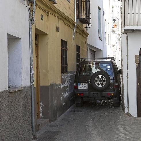 Un vehículo maniobra para atravesar el estrechamiento en San Juan de los Reyes. / González Molero