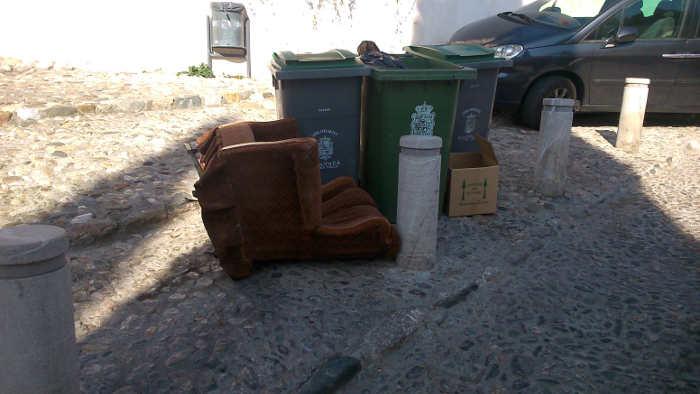 Muebles tirados en la basura fuera del horario - Muebles arganda horario ...