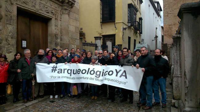 Imagen de la concentración hoy en la Carrera del Darro, junto al Museo Arqueológico.