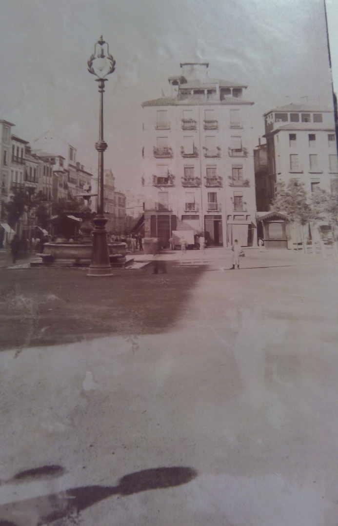 Foto de Plaza Nueva h. 1898 con una de las primeras farolas eléctricas.