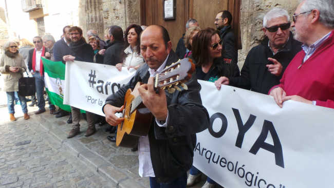 Manuel 'el de la Loles' tocó la guitarra en la concentración de la Plataforma por la reapertura del Museo Arqueológico.