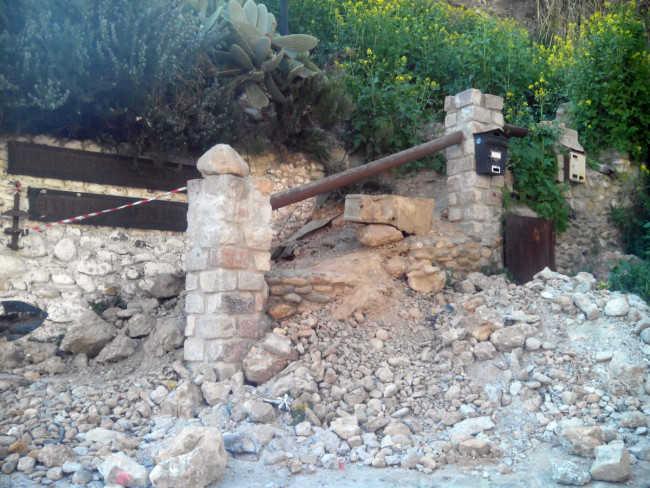 Las piedras permanecen al inicio del camino al Museo Cuevas del Sacromonte que un año después sigue precintado.GiM