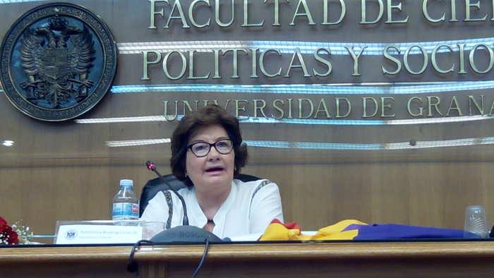 Antonina Rodrigo durante una conferencia sobre Margarita Xirgu en la Facultad de Ciencias Políticas dentro de las VI Jornadas sobre Republicanismo Español el día 17 de abril de 2015