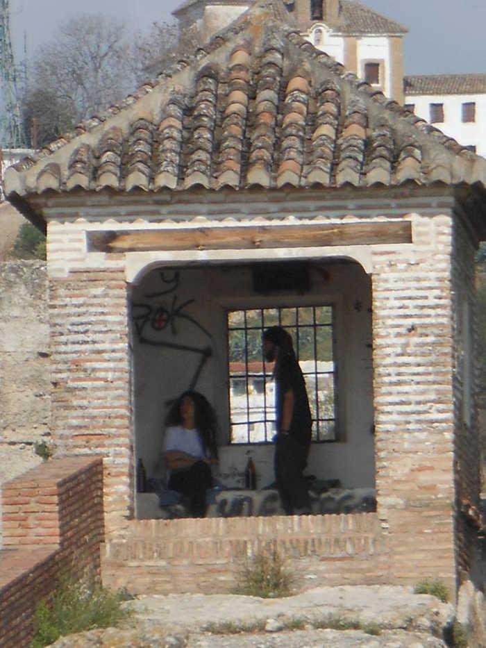 Botellon palomar muralla ziri 20150412 a