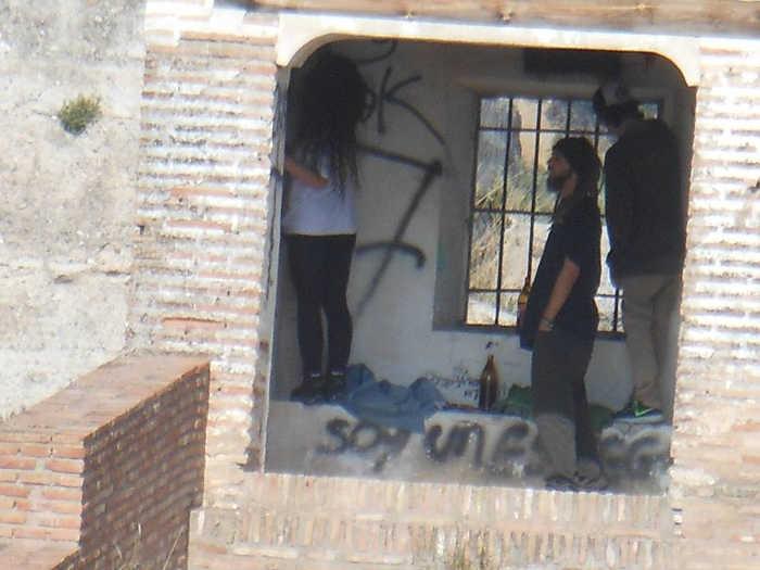 Botellon palomar muralla ziri 20150412 b