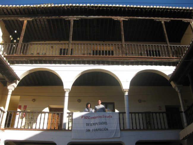 Remedios Alonso y Francisco Tejero posan junto a un pancarta colocada en el patio del Centro Albayzín.