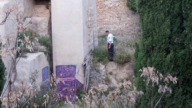 Un guarda inspecciona el lugar. Las grandes pintadas que se ven en la imagen no son obra de los menores detenidos.