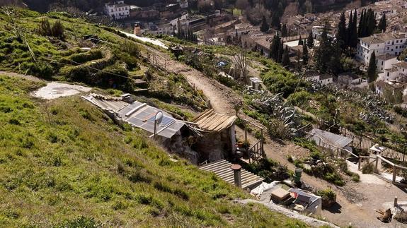 Lo único que no ha cambiado en el cerro de San Miguel es que sigue siendo uno de los balcones más bellos que existen para disfrutar de Granada. / González Molero