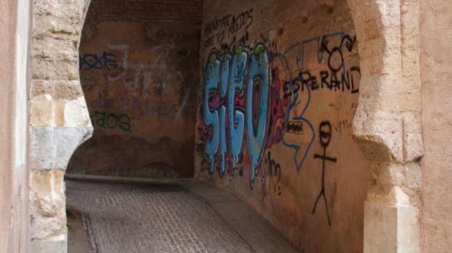 Situación de las pintadas que ha sufrido el Arco de las Pesas. Foto: Antonio Ropero